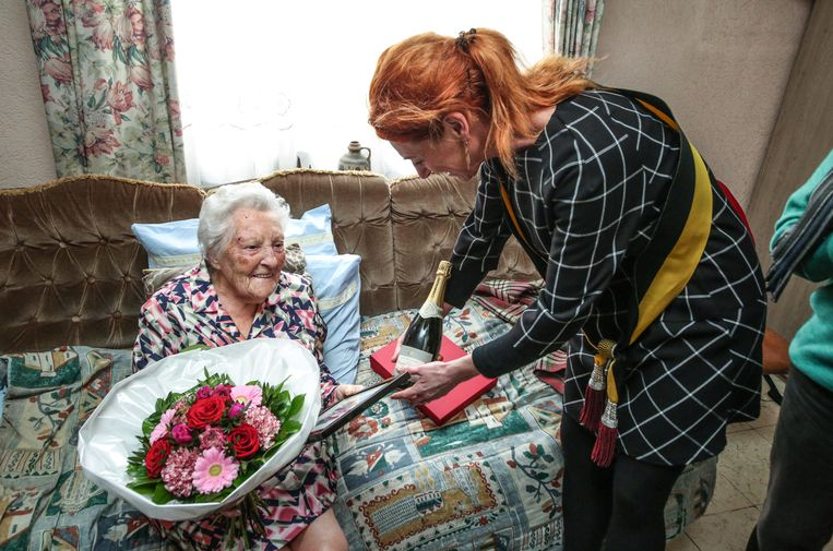 Marie-Louise Cornu vierde donderdag haar 100ste verjaardag en kreeg felicitaties van schepen van bevolking Ruth Vandenberghe.