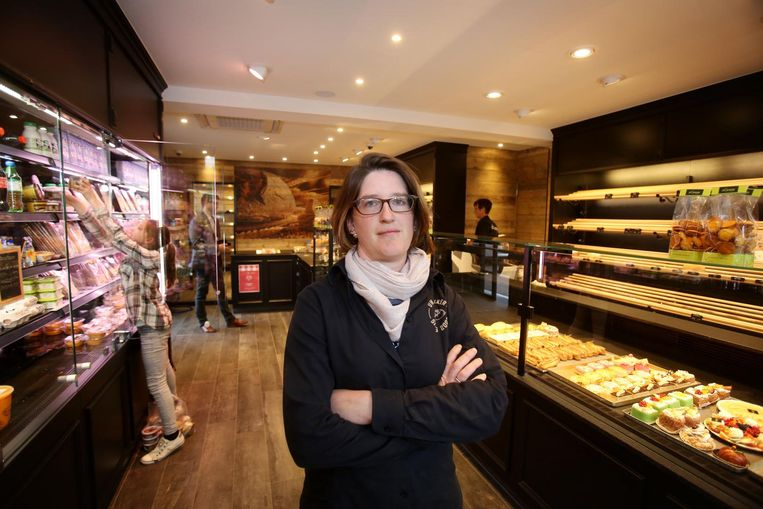Zaakvoerster Evelien Markey in het vernieuwde filiaal in Oostkamp.