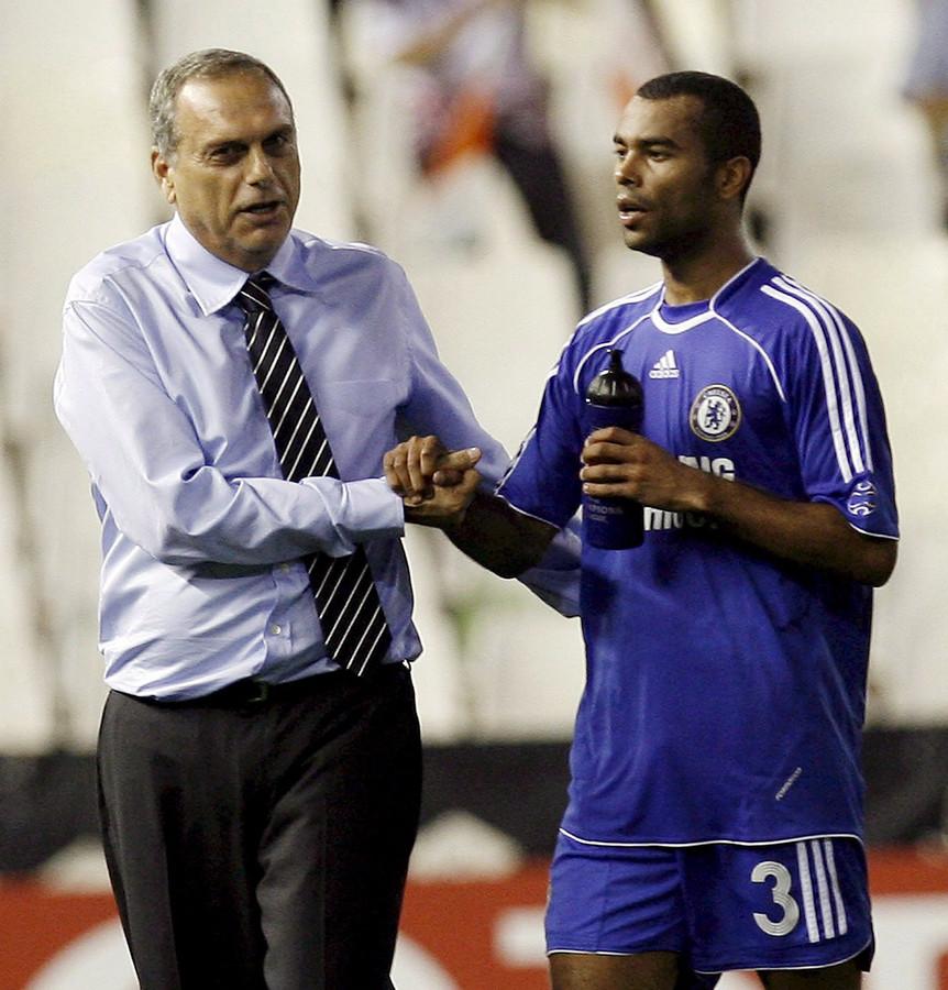 Avram Grant in zijn tijd als manager van Chelsea, met Ashley Cole.