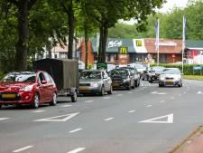 Aanrijding tussen auto en scooter op kruising in Apeldoorn, grote verkeersopstopping