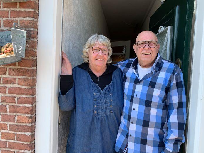 Jannie en Cees van Pelt uit Schoonrewoerd komen niet buiten tijdens de corona-crisis. Omdat ze in de risicogroep zitten ontmoeten ze geen mensen meer. Behalve door het raam of aan de deur. Het is een lastige tijd, maar ze houden de moed erin, o.a. door in de achtertuin op een fietsmachine de benen in beweging te houden.