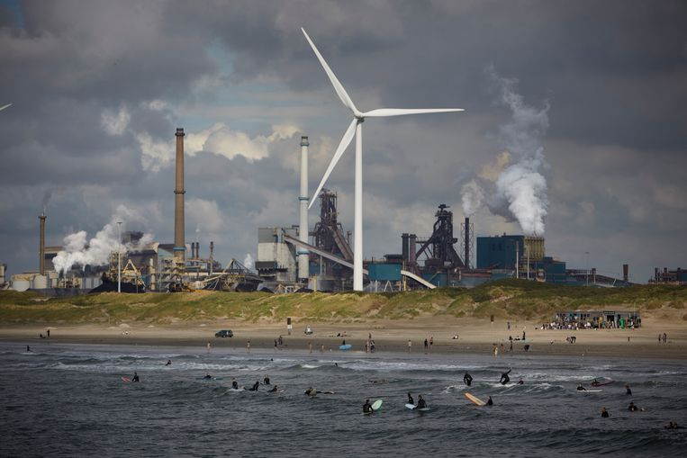 Staalfabriek Tata Steel gezien vanaf de Noordpier in Wijk aan Zee.  Beeld Getty Images