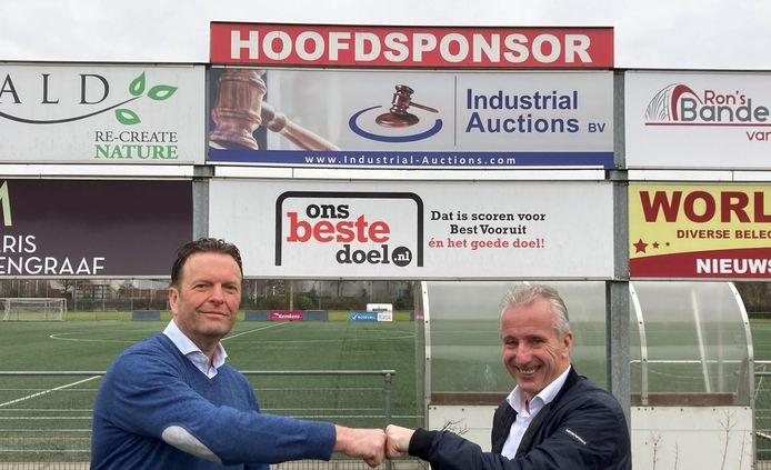 Miguel van den Dungen (rechts) met voorzitter Jan Pieter Been van Best Vooruit.