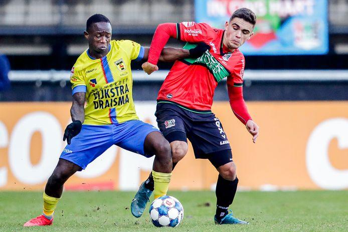 NEC-back Bart van Rooij zit Issa Kallon van SC Cambuur op de huid.