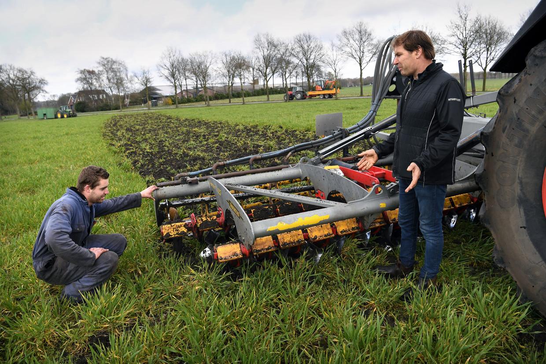 Landbouwer Peter van Beers bij zijn nieuwe landbouwmachine waarmee hij groenbemesters onder de grond kan werken waardoor hij geen glyfosaat meer nodig heeft. Beeld Marcel van den Bergh / de Volkskrant