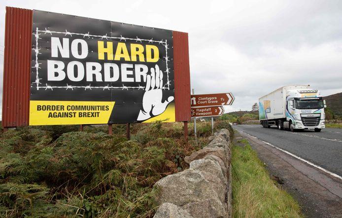 Een poster tegen de brexit en voor de eenmaking van Ierland langs de snelweg in Noord-Ierland die naar Dublin leidt. Archiefbeeld uit 2019.
