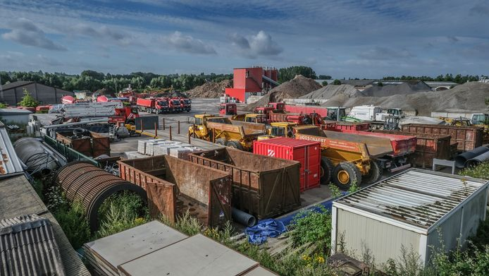 Het terrein waar aannemersbedrijf Bosschaert een betoncentrale heeft en puin breekt