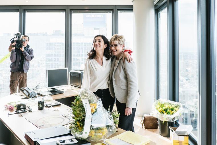 Zuhal Demir nam op vrijdag - haar eerste werkdag - de staatssecretarisfakkel over van Elke Sleurs. Beeld Wouter Van Vooren