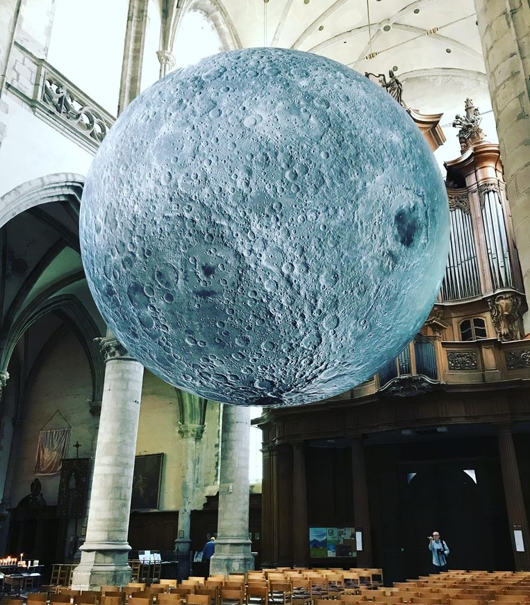 Museum of the Moon in de Sint-Martinuskerk.