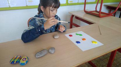 Leerlingen basisschool Atheneum versieren keien als cadeau voor bewoners rusthuis Sint-Antonius
