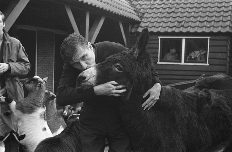 Wijlen Gerard Reve schreef in 'Nader tot U' (1966) over anale seks met 'God in de gedaante van een ezel'. Het leverde hem een proces op. Beeld Evers, Joost / Anefo