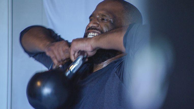 Olivier Locadia, alias Willie Wartaal, presenteert 'Operatie Obesitas'. Beeld Stepping Stone