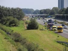 Auto raakt van de A15 bij Kerk-Avezaath en belandt in sloot