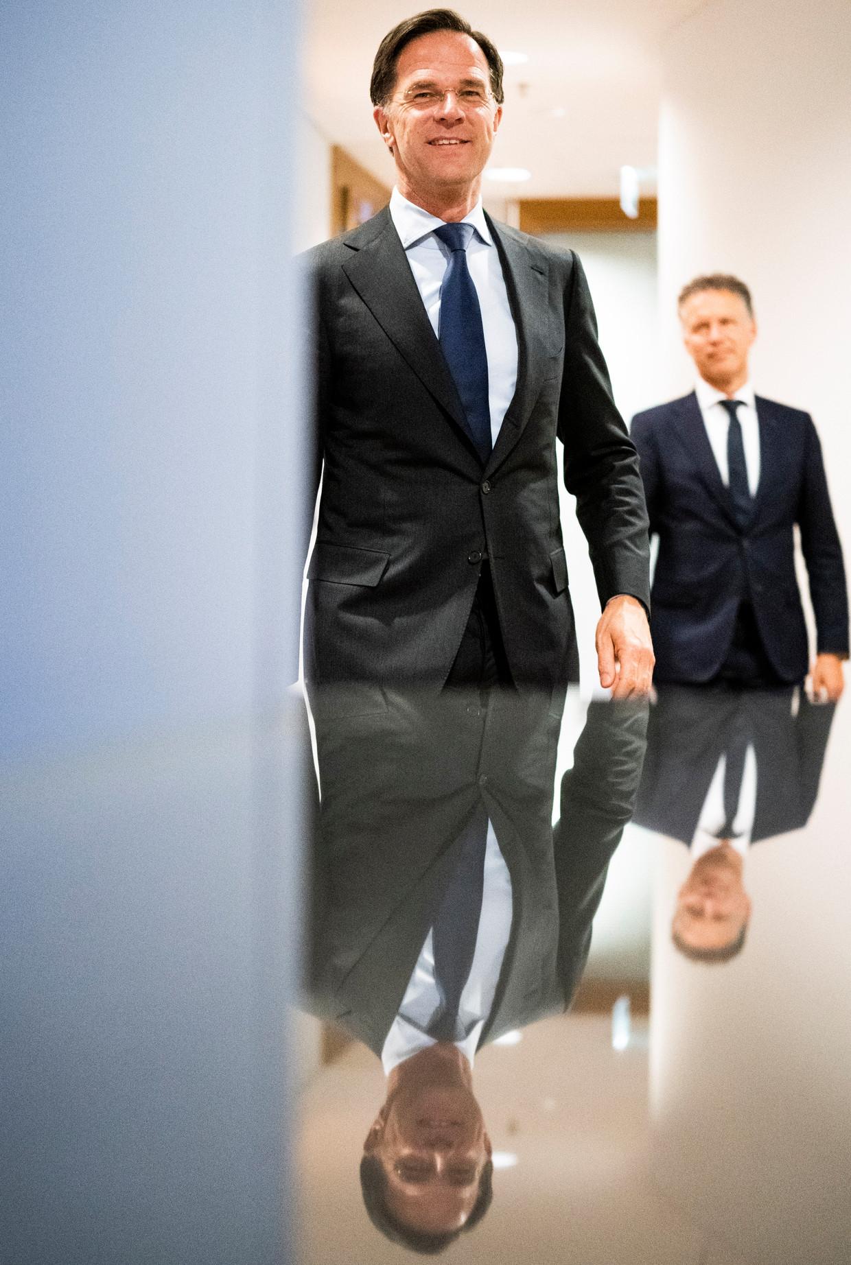 Demissionair premier Mark Rutte en zijn woordvoerder Sierk Nawijn. Beeld Freek van den Bergh / de Volkskrant