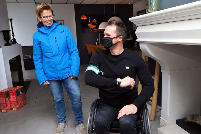 Handbiker John Jongeneel toont de band die hij van Rit van Driel overhandigd heeft gekregen.
