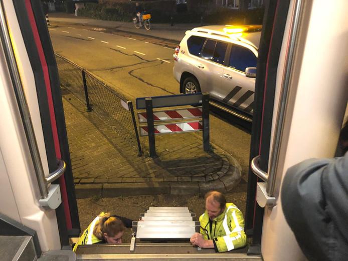 NS-personeel zorgt dat alle passagiers uit kunnen stappen