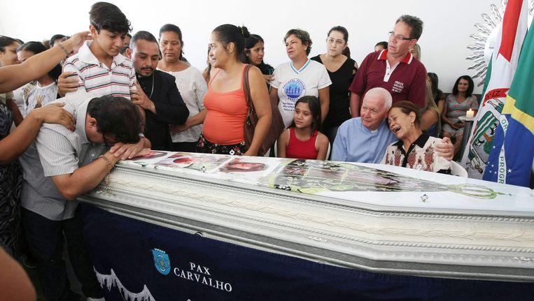 Nabestaanden rouwen bij de kist van Helley Batista, de door de brand omgekomen begeleidster van de kinderen.