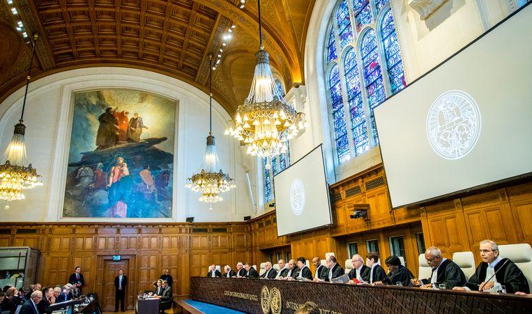 De rechters in de grote hal van het Vredespaleis bij een rechtszaak tussen Bolivia en Chili over een grensconflict. Beeld   ANP