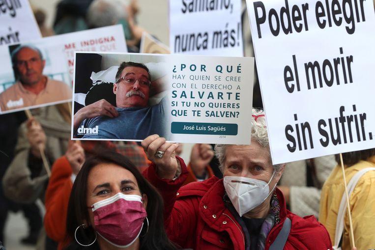 Bij het Congres van Afgevaardigden vieren Spanjaarden de goedkeuring van de nieuwe wet.  Beeld EPA