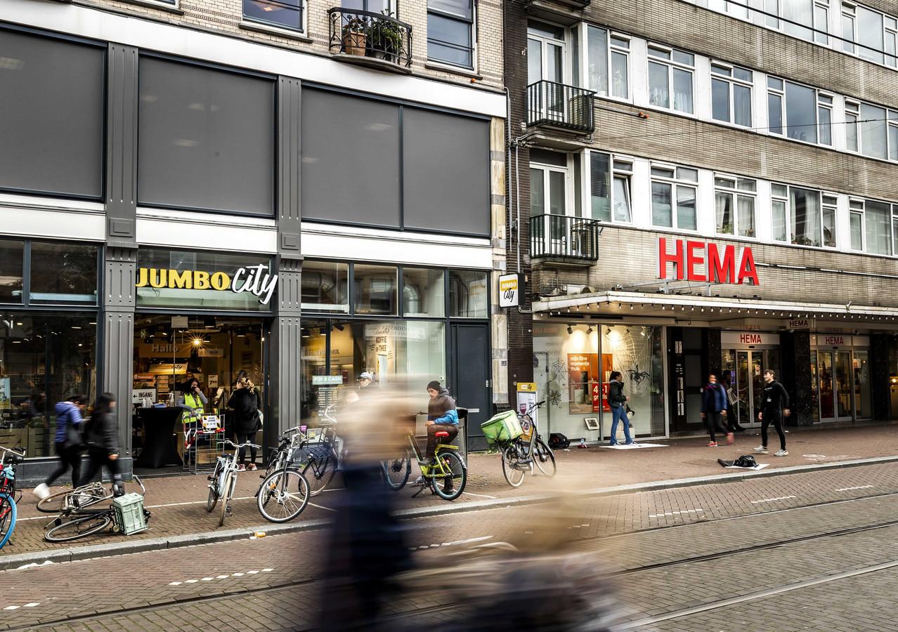 Een filiaal van Hema en een Jumbo-winkel in de Ferdinand Bolstraat. Jumbo-familie Van Eerd en investeerder Parcom hebben een voorwaardelijke deal gesloten met de obligatiehouders van Hema, om de winkelketen te kunnen overnemen. ANP REMKO DE WAAL