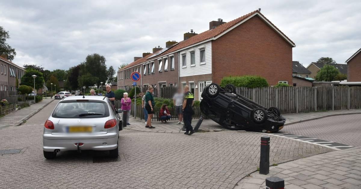 Auto raakt paaltje bij botsing Oldemarkt en eindigt ondersteboven.