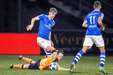 Frank Sturing duelleert namens FC Den Bosch met de op de grond liggende Martijn Kaars van FC Volendam. Op de voorgrond kijkt Ryan Trotman (nummer 11) toe.
