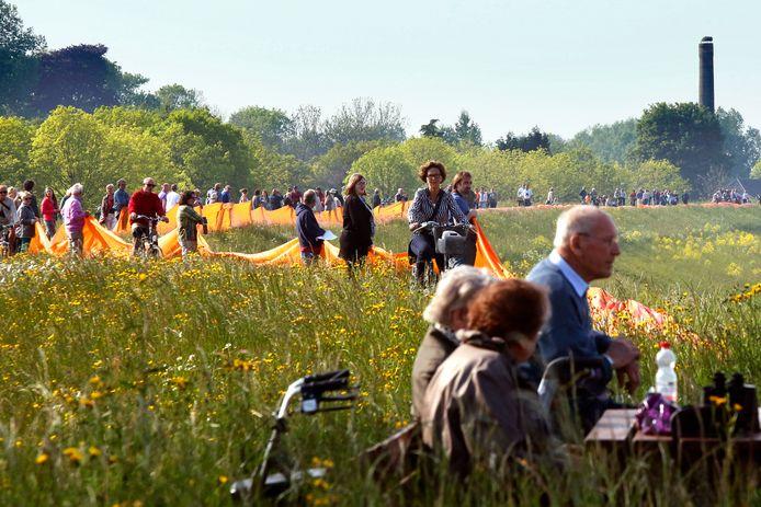 Tour de Waal; oranje linten in de uiterwaarden