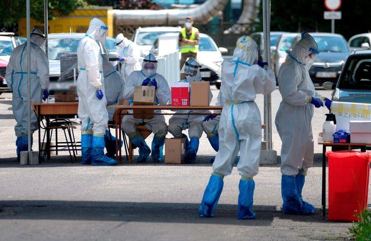 Mensen die de Ziemowit kolenmijn willen betreden in Ledziny in de regeio Silezië worden getest op het coronavirus. Beeld EPA
