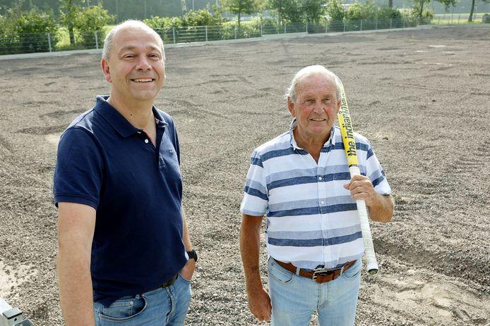 Mark Brants (links) en Peter Lammers op het nieuwe terrein waar straks in Rosmalen walking hockey kan worden gespeeld.