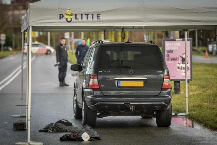 Onderzoek op de Oude Dreef in Waddinxveen, waar de 39-jarige Paul Selier uit Den Haag is overleden nadat hij gisterochtend vroeg op hardhandige wijze door de politie werd gearresteerd. De Rijksrecherche doet onderzoek naar de toedracht rond de dood van Selier.