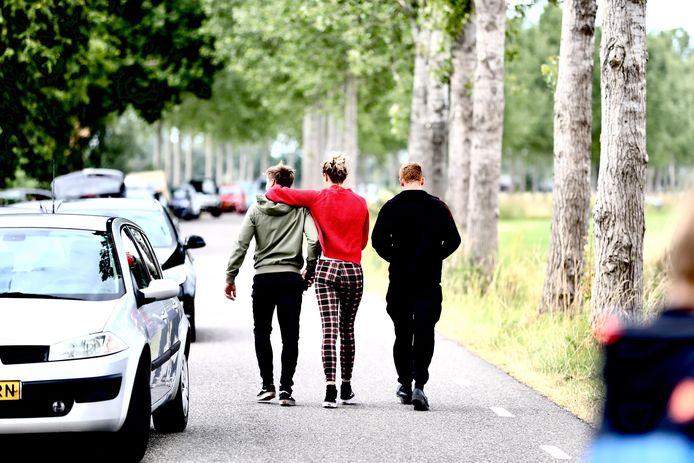 Omstanders bij de afzetting bij de Middendijk tijdens de zoektocht naar het vermiste meisje Loes uit Epe.