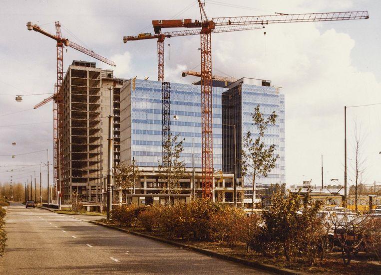 Hijskranen omgeven in 1983 het World Trade Centre. Beeld Stadsarchief