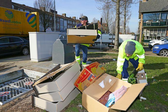 Medewerkers van Waardlanden hebben de handen vol aan het opruimen van troep bij de wijkcontainers in de gehele stad, zoals hier in de Haarwijk.
