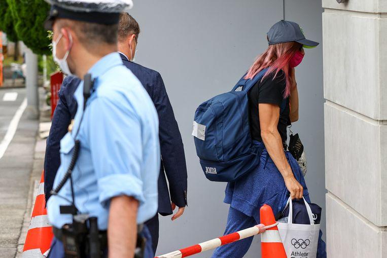Kristina Tsimanoeskaja arriveert bij de Poolse ambassade in Tokio.  Beeld REUTERS