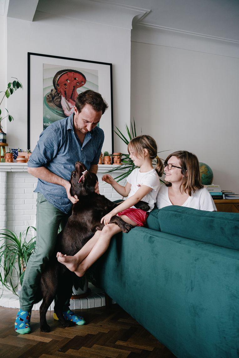 Robby Sallaets en zijn gezin met hond Nala. 'Ik vergelijk het soms een beetje met onkruid uittrekken. Eens je met zo'n hond bezig bent, vergeet je al de rest.' Beeld Wouter Van Vooren