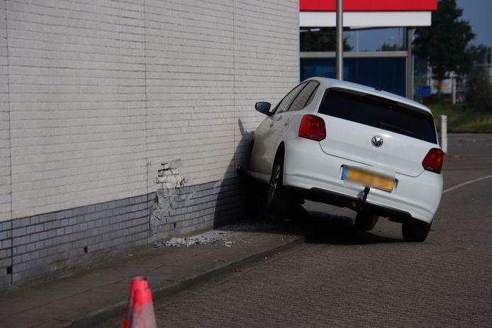 De auto heeft zich in de muur geboord.