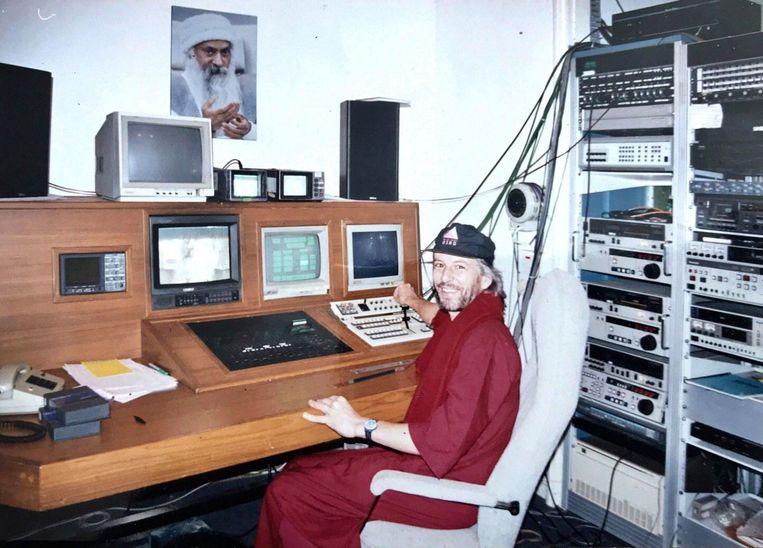 Madhu Rietveld, Poona (India) 1991/92, video's aan het monteren van de meester. Beeld RV