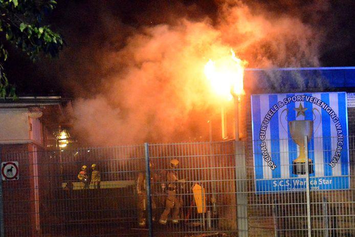 De sportkantine van Wanica Star ging vannacht in vlammen op.