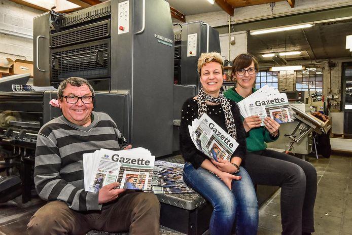 De Gazette was in opdracht van de stad één van de succesvolle opdrachten voor  drukkerij Publi Almar. Op de foto Claude Neyrinck, nu op pensioen,  zijn dochter Vanessa met Liesbeth Hollebeke, deskundige economie.