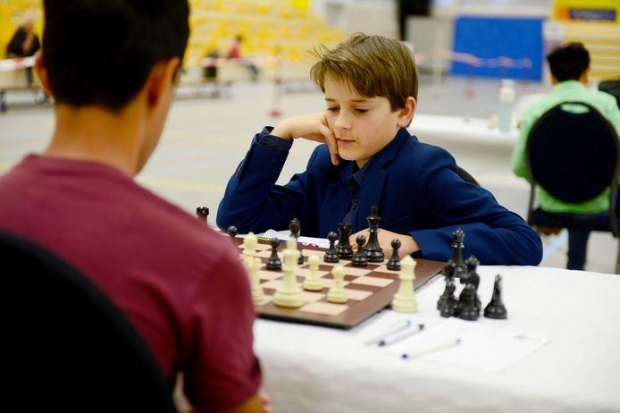 Geconcentreerde blikken tijdens het NK schaken voor de jeugd in Almelo.