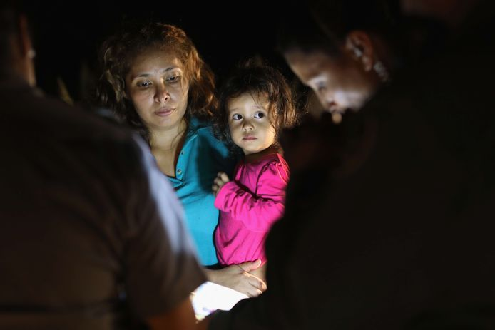 Asielzoekers, waaronder dit 2-jarige meisje uit Honduras en haar moeder, worden vastgehouden in een detentiecentrum nabij de Amerikaans-Mexicaanse grens