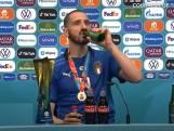 Bonucci drinkt bier én cola, met een knipoog naar Ronaldo en Pogba