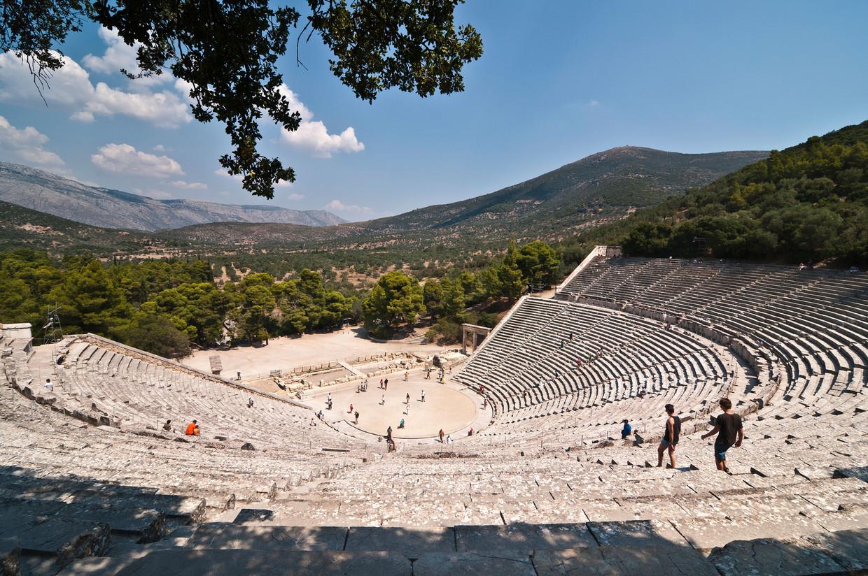 In het Theater van Epidaurus kun je beneden op het toneel heel zacht lieve woordjes fluisteren die iemand op de bovenste rij perfect kan horen. Beeld Hilde Van Mieghem