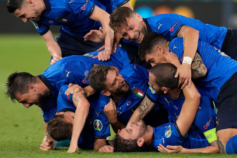 De Italianen vieren een doelpunt van Manuel Locatelli tegen Zwitserland. Italië maakt voorlopig indruk op het EK. Beeld AFP