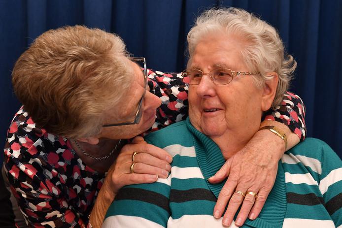 Voor de 83-jarige Mia Jeurissen (rechts) was gisteren dé grote verhuisdag.