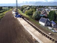 Eerste damwanden gaan de Waaldijk in: dijkverzwaring tussen Gorinchem en Waardenburg nu écht een feit