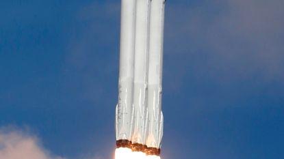 Zwaarste raket ter wereld stuurt Tesla de ruimte in