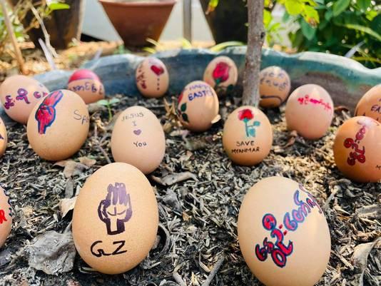 Demonstranten in Myanmar beschilderen eieren met een politieke boodschap als protestactie.