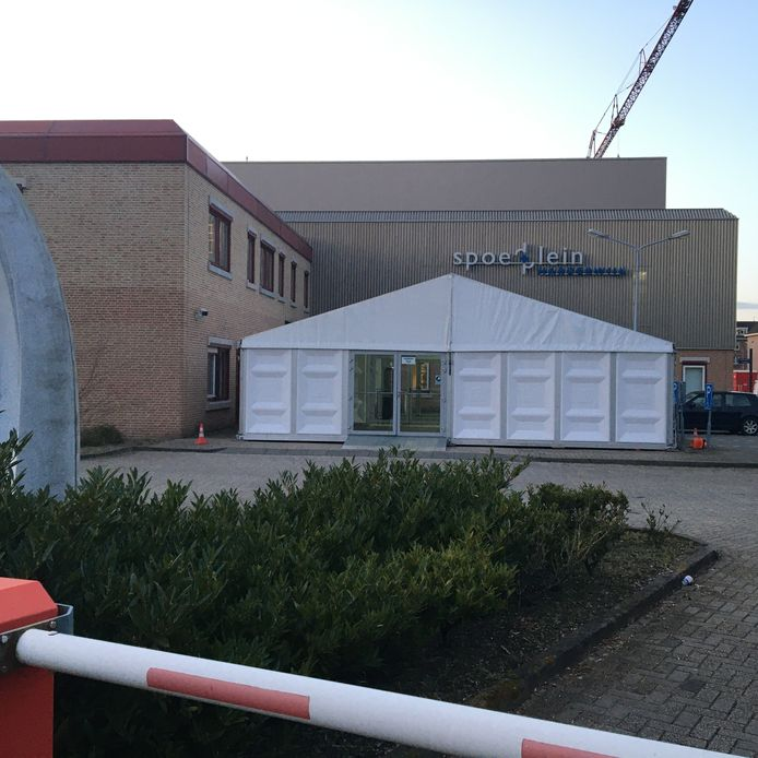 Bij de ziekenhuizen worden extra ruimtes ingericht. Zo is bij St Jansdal in Harderwijk een tent voor het neergezet waar mensen met griep, verkoudheid of andere klachten terecht kunnen, overigens pas na verwijzing van de huisarts.