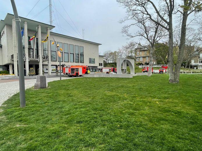 De hulpdiensten bij het gemeentehuis van De Panne.